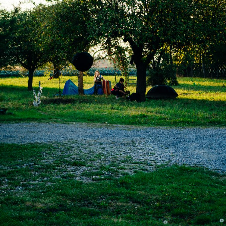 Ewelina w jabłoniowym sadzie