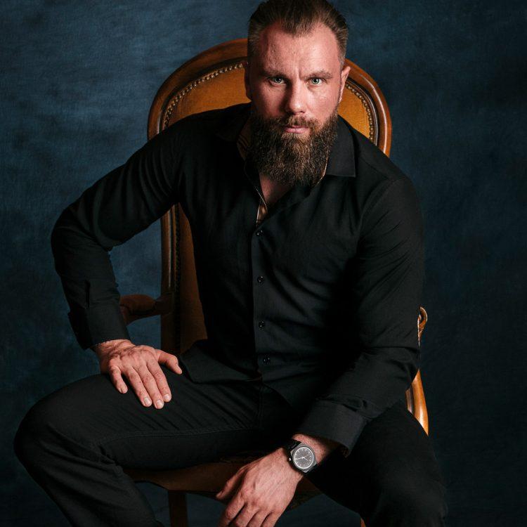 Paweł aplikujący na Cara Wielkiej Rosji.